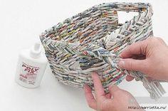 Плетение из газетных трубочек. Корзинка для полотенец в ванную