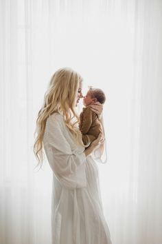 Newborn Photoshoot - Barefoot Blonde by Amber Fillerup Clark Newborn Family Pictures, Family Photos With Baby, Newborn Baby Photos, Newborn Poses, Newborn Shoot, Baby Girl Newborn, Newborns, Pregnancy Family Photos, Baby Poses