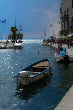 Lazise, Lake Garda , Italy - El lago de Garda, o lago de Benaco, Es El alcalde italiano lago y Uno de los mas afamados lagos turísticos del norte de Italia.