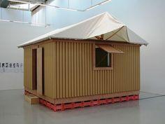 Paper Log House, 1995, Kobe, Japan  SHIBERU BAN logement provsoire, carton, toile de tente, matériaux de récupération, soubassement en caisses de bière remplie de sables