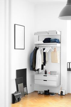 Simon's system consists of two 200 cm E-tracks with a 90cm wide two-drawer cabinet, a hanging shelf and a regular metal shelf. To configure a similar system, please get in touch with a planner in one of our shops or submit an inquiry online: www.vitsoe.com/606/inquiry