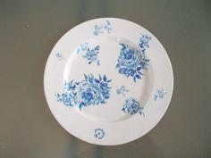 Talíř modré květy. tanier premer 30 cm je plechový natretý bielou farbou.kvety su urobené decoupage.na záver prelakované bezfarebným lakom. tanier je možné používať ako sekoráciu,alebo podložku pod sviečky.je možné ho umývať pod tečúcou vodou,nedávať do myčky a nedreť kartáčom. znesie nasebe aj mastné pochutiny ak napr.chips....