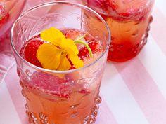 Erdbeerbowle - fruchtig-prickelndes Vergnügen - erdbeer-campari-bowle-mit-kapuzinerblueten