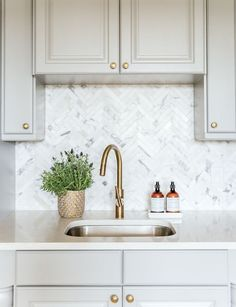 Freaking Out Over Your Kitchen Backsplash? Benjamin+Moore+Chelsea+Gray+Cabinets+and+Marble+Herringbone+Kitchen Backsplash+ Chelsea Gray, Kitchen Nook, New Kitchen, Kitchen Tiles, Kitchen Backsplash Ideas With Quartz, Kitchen Grey, Kitchen Colors, Design Kitchen, Kitchen Interior