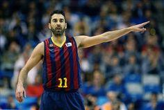 El escolta del FC Barcelona Juan Carlos Navarro señala la canasta de un compañero durante el partido de cuartos de final de la Copa del Rey ...