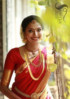 Ideas For Indian Bridal Dress Gold Saris South Indian Bride Jewellery, Bridal Sarees South Indian, South Indian Weddings, Indian Bridal, Kerala Jewellery, Kerala Bride, Hindu Bride, Marathi Bride, Wedding Saree Collection
