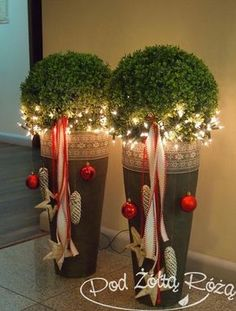 Elegant entrance decoration for the winter time Christmas decorations, Christmas deco, Christmas wreaths That would look good on our doorstep. Christmas decorations outside Noel Christmas, Christmas 2017, All Things Christmas, Winter Christmas, Christmas Wreaths, Christmas Crafts, Christmas Ornaments, Indoor Christmas Decorations, Christmas Arrangements