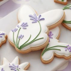 Arts and Crafts Store Make a batch of these pretty Blooming Easter Cookies for some-bunny special! Create shades of lavender and violet by combining Wilton Rose and Royal Blue icing colors. Fancy Cookies, Iced Cookies, Cute Cookies, Easter Cookies, Royal Icing Cookies, Easter Treats, Holiday Cookies, Cupcake Cookies, Flower Cookies