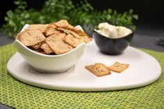 Die Sesam-Oliven-Cracker mit Olivenpulver sind lecker und eine perfekte kohlenhydratarne Knabberei. Das Rezept ist zudem glutenfrei.