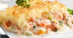 Recipe: Hachis parmentier with shrimp and salmon.- Recipe: Hachis parmentier with shrimp and salmon. Salmon And Shrimp, Fish And Seafood, Crockpot Recipes, Healthy Recipes, Easy Recipes, Weigh Watchers, Cholesterol Lowering Foods, Cholesterol Levels, Cholesterol Symptoms