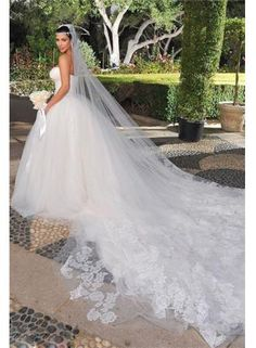 From short wedding dresses to dramatic Ball Gowns, we promise your DHgate wedding gown will be the most spectacular dress you have ever worn. Your trusted ball gown wedding dresses online shop that helps you find your perfect dresses. Kim Kardashian Boda, Kim Kardashian Wedding Dress, Celebrity Wedding Dresses, Celebrity Weddings, Beautiful Wedding Gowns, Wedding Veils, Dream Wedding Dresses, Bridal Dresses, Bridal Veils