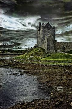 Dunguaire Castle, Kinvara - The castle was built around 1520. During the summer visitors can enjoy the castle and grounds, and attend a medieval banquet for an evening of Irish food, music and poetry.