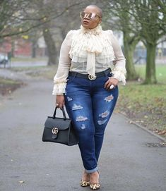 There Is Endless Street Style Inspiration for How to Make Ripped Jeans Look Chic AF How To Make Ripped Jeans, Ripped Jeans Look, Plus Size Fashion For Women, Plus Size Women, Plus Fashion, Petite Fashion, Fall Fashion, Look Plus Size, Curvy Plus Size