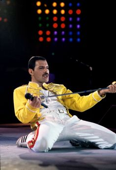 One of the best taken photos of Freddie Mercury. Queen Freddie Mercury, Freddie Mercury Last Photo, Brian May, John Deacon, Queens Wallpaper, We Are The Champions, Roger Taylor, Queen Photos, Somebody To Love