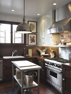 Utilisez une desserte dans une petite cuisine pour gagner des rangements pratiques et modulables  http://www.homelisty.com/amenagement-petite-cuisine/
