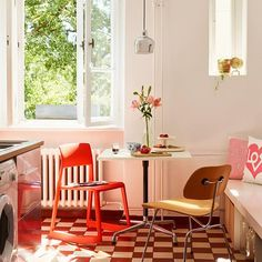 The bright red Tip Ton Chair by Barber & Osgerby fits perfect in the sunny Berlin kitchen. Don't you think?