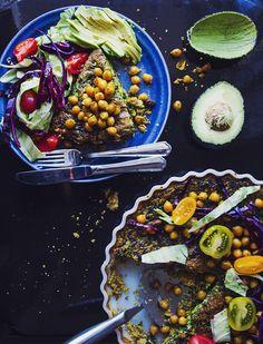 Svartkål & currypaj serverad med stekta kikärtor & kålsallad