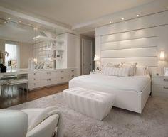 Weißes Schlafzimmer mit Leder Bett-Kopfteil und Schminktisch