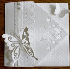 Na lange tijd weer eens een kaart gemaakt, dit keer weer een hele witte, de mooie vlinder hierbij gebruikt van MDen bovenaan een...