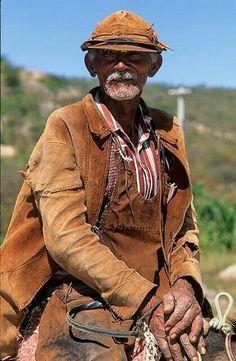 Vaqueiro nordestino, com seu traje de vaquejada.