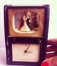 Relógio Baquelite Anos 50  Objetos  a venda  no site :  www.vendavintage.com  #artigosvintage #ecommerce #vintageshop #vintage #retrô  #antiguidade  #decor #decoração  #decoração vintage#for the home #inspiration #home inspiration #interiors #shop #presentes #compras