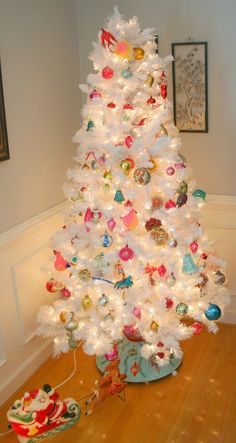 love this vintage decorated tree