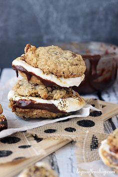 These Bourbon Bacon S'mores cookies are packed with flavors: bacon, bourbon, toffee & mini marshmallows. It's a party for your mouth! Köstliche Desserts, Delicious Desserts, Dessert Recipes, Yummy Food, Smores Cookies, Oatmeal Cookies, Sandwich Cookies, Cookie Recipes, Sweet Tooth