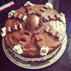 Zutaten   Für den Teig:    150 g  Butter  150 g  Zucker  1 Pck.  Vanillinzucker  150 g  Schokolade (Kinderschokolade)  2  Ei(er)  ...