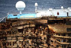 Le 17 septembre, l'île de Giglio s'est réveillé avec une épave redressée. Le Costa Concordia restera encore quelques mois sur la côte de l'î...