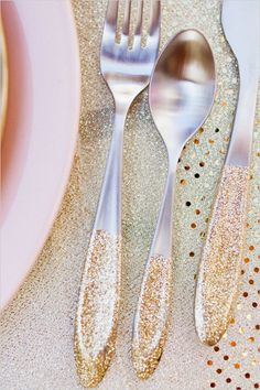 22 GORGEOUS GLITTER WEDDING IDEAS    DIY glittery flatware   we ❤ this!  moncheribridals.com  #DIYwedding #glitterweddingideas