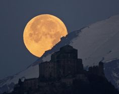 Full moon setting behind Alps and the Sacra of San Michele Italy National Geographic Photo Contest 2012 - The Atlantic Beautiful Moon, Beautiful World, Beautiful Places, Beautiful Scenery, Simply Beautiful, Amazing Places, Beautiful Landscapes, National Geographic Photo Contest, Moon Setting