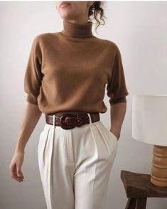 Tous les conseils pour bien associer les couleurs neutres et comment les porter avec style ! Tous les conseils & idées de tenues sont dans cet article ! #tenuefemme40ans #blogmodefemme40ans #tenuestylée #élégante #couleurs #associercouleur #couleursneutres #pantalonblanc #pullmarron
