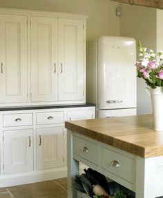 Modern Country Style: Modern Country Loves: Smeg Fridges Click through for details. Farmhouse Style Kitchen, Home Decor Kitchen, Country Kitchen, Farmhouse Kitchens, Kitchen Ideas, Smeg Kitchen, Smeg Fridge, Kitchen Notes, Refrigerator