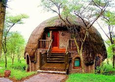 Dome Rondavels Serengeti National Park, Tansania Source by dekorationtipps Serengeti National Park, Unusual Homes, Interior Photo, Modern House Plans, Solar Panels, Indoor Outdoor, Building A House, National Parks, Cabin