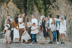 Extended Family Pictures, Group Family Pictures, Large Family Photos, Fall Family Photos, Fall Family Portraits, Family Portrait Outfits, Outdoor Family Portraits, Family Portrait Poses, Fall Family Picture Outfits