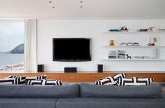 Na beira da praia. Veja mais: https://casadevalentina.com.br/projetos/detalhes/triplex-na-beira-da-praia-520 #details #interior #design #decoracao #detalhes #decor #home #casa #design #idea #ideia #charm #cozy #charme #aconchego #beach #praia #casadevalentina #livingroom #saladeestar