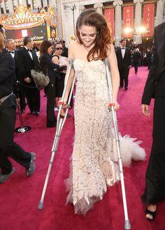 松葉杖で「アカデミー賞」授賞式に現れたクリステン・スチュワート -(C) Getty Images