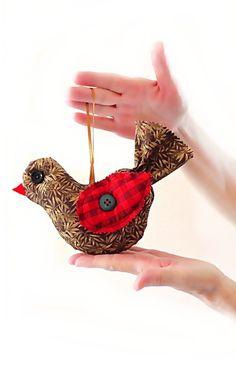 Pássaro feito em tecido com botões vintage. Ideal para decorar janelas, varandas, quartos de bebê e também para ser usado como sachê.     R$ 29,90