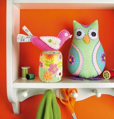 How cute is this birdie pin cushion with a measuring tape tail?! Get free patterns and instructions here: