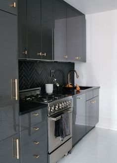 Black Cabinets Gold Pulls - Design photos, ideas and inspiration. Amazing gallery of interior design and decorating ideas of Black Cabinets Gold Pulls in bathrooms, laundry/mudrooms, kitchens, basements by elite interior designers. Kitchen Interior, New Kitchen, Kitchen Decor, Kitchen Ideas, Kitchen Black, Bronze Kitchen, Kitchen Small, Design Kitchen, Kitchen Photos