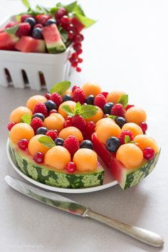 Newest Totally Free fruit cake tart Thoughts - yummy cake recipes Fruit Recipes, Dessert Recipes, Cooking Recipes, Comida Picnic, Party Food Platters, Fruit Platters, Fresh Fruit Cake, Food Carving, Good Food
