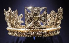 The diamond diadem, made of diamonds, pearls, silver and gold, worn by Queen Elizabeth II on her way from Buckingham Palace to Westminster Abbey for her 1953 Coronation. Buckingham Palace in London - Telegraph Royal Crowns, Royal Tiaras, Crown Royal, Tiaras And Crowns, Elizabeth Ii, Corona Real, Queen's Coronation, Isabel Ii, Royal Jewelry