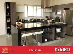#Cocina moderna con granito en cubiertas, espacios decorativos en isla.
