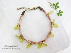 ☆ leaf bracelet ☆森林の中で、枝に葉っぱが、からまっているイメージで、 革と葉を使ってブレスレットを作りました。爽やかでナチュラルなデザインで...|ハンドメイド、手作り、手仕事品の通販・販売・購入ならCreema。