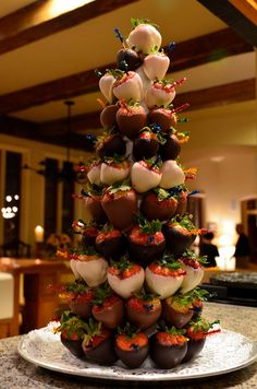 Arbol de Navidad de Fresas...You could use this as a strawberry Christmas tree.