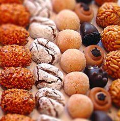 Panellets. Hoy os traemos la receta de los panellets tradicionales y otras dos opciones de panellets para alergias a frutos secos: panellets de chocolate y arroz inflado y panellets de chocolate y coco