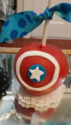 Captain America chocolate covered apples Caramel Candy, Caramel Apples, Gourmet Candy Apples, Fondant, Market Day Ideas, Captain America Party, Chocolate Covered Apples, Apple Dip, Superhero Birthday Party