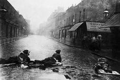 The death of three policemen in a botched armed robbery and the resulting siege in London's East End which was photographed by the Daily Mirror helped spark the emergence of photojournalism.