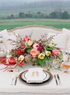 un bel arrangement floral sur la table printanière