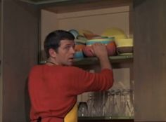 Mike 'Kitchen Master' Brady at work (Robert Reed, 'The Brady Bunch,' Eve Plumb, Robert Reed, Maureen Mccormick, The Brady Bunch, Comedy Show, Thats The Way, Favorite Tv Shows, Pop Culture, Pork Chops
